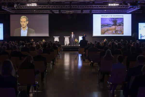 Unternehmertag 2020 unter dem Motto, Wachstum und Innovaion, Bild aufgenommen in der Spoerry Halle der Uni Universität Liechtenstein in Vaduz am 29.09.2020  - Mathias Binswanger Ökonomieprofessor  FOTO & COPYRIGHT: DANIEL SCHWENDENER